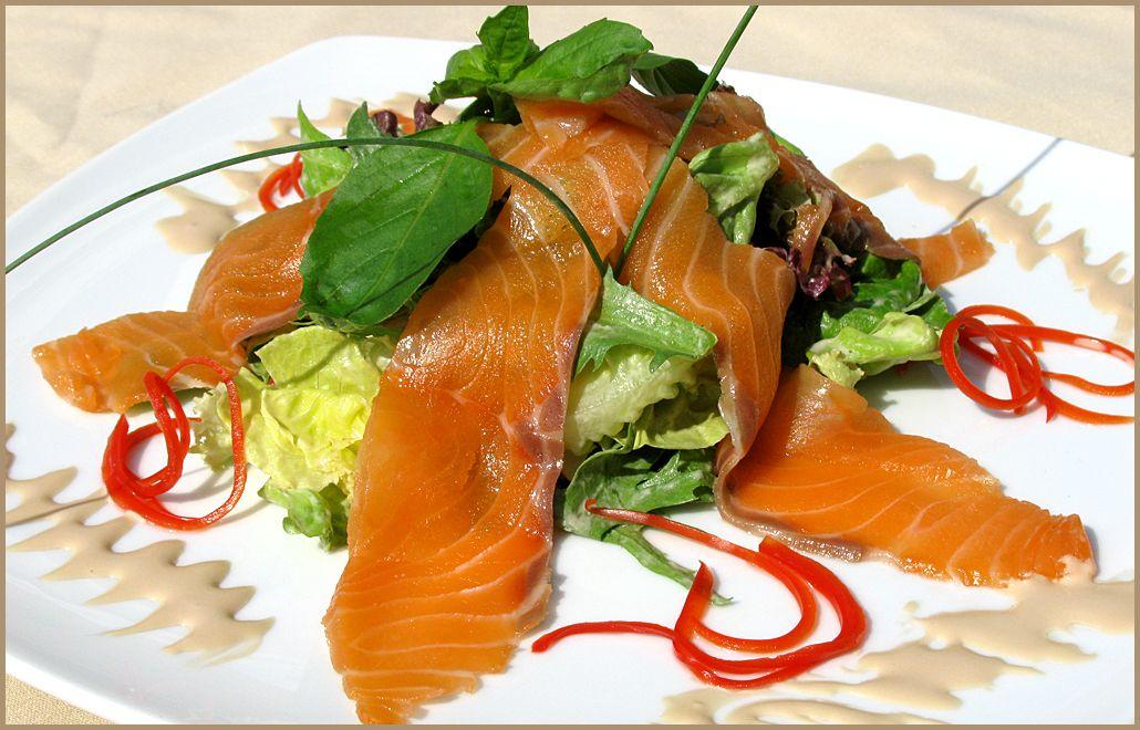 рецепты салатов с лососем копченым